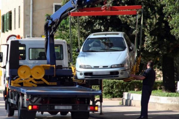Автомобиль загружают на эвакуатор